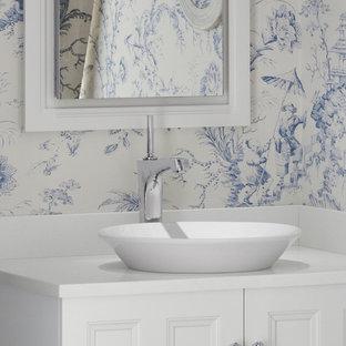 Esempio di una stanza da bagno padronale etnica di medie dimensioni con lavabo integrato, ante in stile shaker, ante in legno bruno, doccia alcova, WC monopezzo, piastrelle marroni e pareti beige