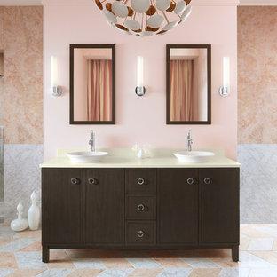 Immagine di un'ampia stanza da bagno padronale design con lavabo a bacinella, ante lisce, ante in legno bruno, piastrelle rosa, top in quarzo composito, doccia alcova, pareti rosa e pavimento in marmo