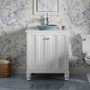 Idee per una piccola stanza da bagno classica con lavabo a bacinella, ante in stile shaker, ante bianche, top in quarzo composito, WC monopezzo, piastrelle blu, lastra di pietra, pareti multicolore e pavimento in marmo