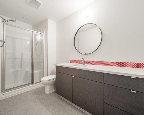 Bagno con pavimento in vinile e piastrelle rosse foto idee