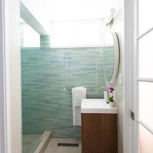 Idéer för att renovera ett litet retro badrum med dusch, med ett integrerad handfat, släta luckor, skåp i mellenmörkt trä, en dusch i en alkov, blå kakel, glaskakel, grå väggar och klinkergolv i keramik