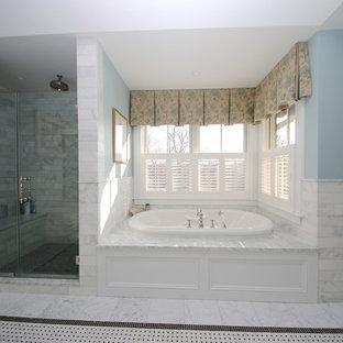 Inspiration för stora klassiska en-suite badrum, med luckor med profilerade fronter, vita skåp, ett badkar i en alkov, en dusch i en alkov, en toalettstol med separat cisternkåpa, grå kakel, stenkakel, blå väggar, marmorgolv, ett undermonterad handfat, marmorbänkskiva, blått golv och dusch med gångjärnsdörr