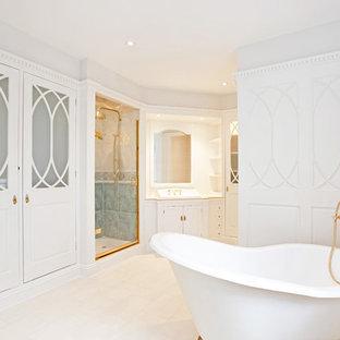 Foto di una grande stanza da bagno tradizionale con ante a filo, pareti bianche, ante bianche, vasca con piedi a zampa di leone, doccia alcova, lavabo da incasso e porta doccia a battente