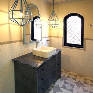 Immagine di una piccola stanza da bagno con doccia mediterranea con lavabo a bacinella, consolle stile comò, ante grigie, top in zinco, piastrelle multicolore, piastrelle in ceramica, pareti bianche e pavimento con piastrelle in ceramica