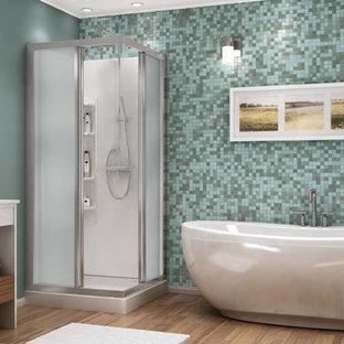 Ejemplo de cuarto de baño principal, actual, grande, con bañera exenta, ducha esquinera, baldosas y/o azulejos azules, baldosas y/o azulejos en mosaico, paredes azules y suelo de bambú