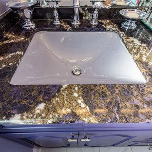 他の地域の中サイズのコンテンポラリースタイルのおしゃれなマスターバスルーム (紫のキャビネット、アンダーカウンター洗面器、珪岩の洗面台、マルチカラーの洗面カウンター、レイズドパネル扉のキャビネット) の写真