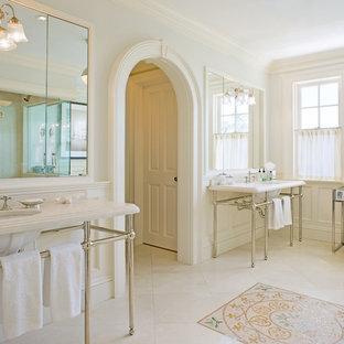 Imagen de cuarto de baño tradicional con lavabo bajoencimera y paredes blancas