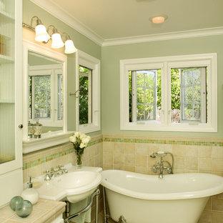Foto di una stanza da bagno tradizionale con vasca con piedi a zampa di leone, lavabo a consolle, ante bianche, top piastrellato, piastrelle beige, piastrelle in ceramica e pareti verdi