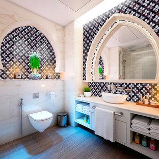 Foto de cuarto de baño principal, moderno, de tamaño medio, con armarios abiertos, puertas de armario blancas, bañera encastrada, ducha esquinera, sanitario de una pieza, baldosas y/o azulejos verdes, baldosas y/o azulejos en mosaico, paredes beige, suelo de contrachapado, lavabo integrado, encimera de mármol, suelo marrón, ducha abierta y encimeras moradas