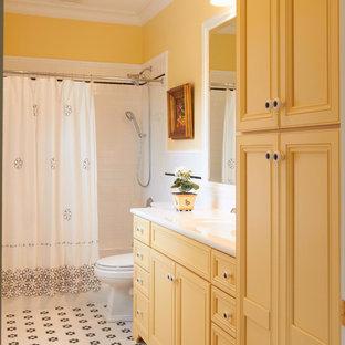 Idéer för att renovera ett stort vintage badrum med dusch, med gula väggar, luckor med infälld panel, gula skåp, ett badkar i en alkov, en dusch/badkar-kombination, vit kakel, tunnelbanekakel, klinkergolv i keramik, ett integrerad handfat, bänkskiva i akrylsten, flerfärgat golv och dusch med duschdraperi