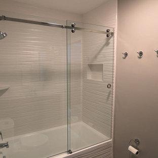 Inspiration för små moderna en-suite badrum, med marmorbänkskiva, ett fristående handfat, släta luckor, skåp i mörkt trä, ett badkar i en alkov, en dusch/badkar-kombination, en toalettstol med hel cisternkåpa, vit kakel, porslinskakel, vita väggar, klinkergolv i porslin och dusch med skjutdörr