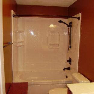 Modelo de cuarto de baño con ducha, pequeño, con puertas de armario blancas, bañera empotrada, ducha esquinera, sanitario de una pieza, baldosas y/o azulejos blancos, paredes beige y suelo de madera en tonos medios
