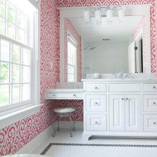 Inspiration för ett mellanstort vintage badrum för barn, med luckor med profilerade fronter, vita skåp, ett badkar i en alkov, en dusch/badkar-kombination, en toalettstol med separat cisternkåpa, vit kakel, tunnelbanekakel, rosa väggar, klinkergolv i porslin, ett undermonterad handfat och marmorbänkskiva