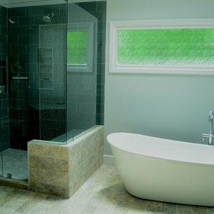 Пример оригинального дизайна: большая главная ванная комната в современном стиле с врезной раковиной, фасадами с выступающей филенкой, черными фасадами, мраморной столешницей, отдельно стоящей ванной, открытым душем, унитазом-моноблоком, серой плиткой, плиткой кабанчик, серыми стенами и полом из известняка