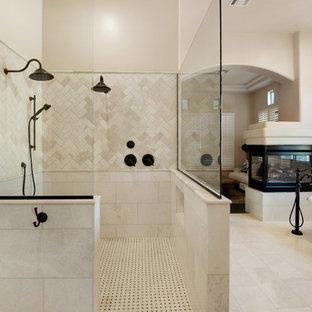 Inspiration för ett mycket stort lantligt en-suite badrum, med luckor med upphöjd panel, skåp i mellenmörkt trä, ett fristående badkar, en dubbeldusch, en toalettstol med hel cisternkåpa, beige kakel, marmorkakel, beige väggar, travertin golv, ett nedsänkt handfat, granitbänkskiva, vitt golv och med dusch som är öppen