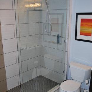 Удачное сочетание для дизайна помещения: маленькая ванная комната в стиле модернизм с фасадами в стиле шейкер, темными деревянными фасадами, душем в нише, раздельным унитазом, бежевой плиткой, керамогранитной плиткой, бежевыми стенами, полом из ламината, душевой кабиной, врезной раковиной, столешницей из искусственного камня, бежевым полом и душем с распашными дверями - самое интересное для вас