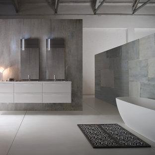 Ejemplo de cuarto de baño con ducha, moderno, pequeño, con lavabo integrado, armarios con paneles lisos, puertas de armario grises, encimera de vidrio reciclado, bañera exenta, ducha esquinera, sanitario de una pieza, baldosas y/o azulejos blancos, baldosas y/o azulejos de cerámica, paredes grises y suelo de baldosas de cerámica