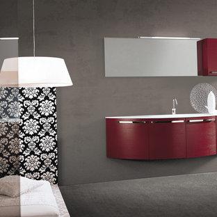 Foto de cuarto de baño con ducha, moderno, pequeño, con lavabo integrado, armarios con paneles lisos, puertas de armario rojas, bañera exenta, ducha esquinera, sanitario de una pieza, baldosas y/o azulejos blancos, baldosas y/o azulejos de cerámica, paredes grises y suelo de baldosas de cerámica