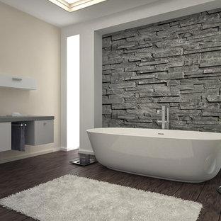 Foto di una grande stanza da bagno padronale etnica con ante lisce, ante bianche, vasca freestanding, WC monopezzo, pareti beige e pavimento in legno massello medio