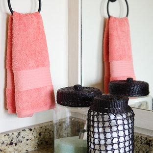 Ispirazione per una stanza da bagno moderna con top in granito e pareti bianche