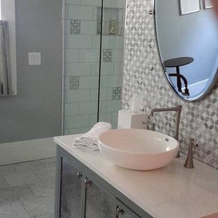Idee per una stanza da bagno contemporanea di medie dimensioni con ante di vetro, ante grigie, doccia ad angolo, piastrelle a mosaico, pareti grigie, pavimento in marmo, lavabo a bacinella, top in pietra calcarea, pavimento bianco e porta doccia a battente