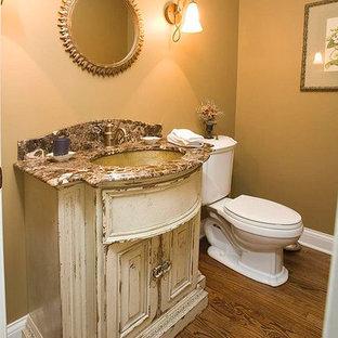 Mittelgroßes Shabby-Chic Duschbad mit verzierten Schränken, beigen Schränken, braunem Holzboden, Wandtoilette mit Spülkasten, brauner Wandfarbe, Unterbauwaschbecken, Granit-Waschbecken/Waschtisch und braunem Boden in Chicago
