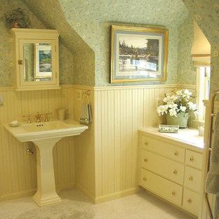 Esempio di una stanza da bagno padronale country di medie dimensioni con ante lisce, ante bianche, pareti verdi, pavimento con piastrelle in ceramica, lavabo a colonna, top in superficie solida e pavimento bianco
