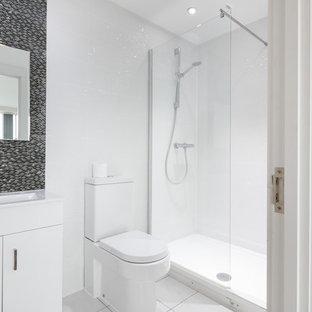 Kleines Modernes Badezimmer En Suite mit verzierten Schränken, weißen Schränken, Duschnische, Toilette mit Aufsatzspülkasten, farbigen Fliesen, Terrakottafliesen, bunten Wänden, Terrakottaboden, Wandwaschbecken, weißem Boden und Falttür-Duschabtrennung in Manchester