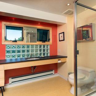 Ejemplo de cuarto de baño principal, vintage, de tamaño medio, con lavabo bajoencimera, armarios con paneles lisos, puertas de armario de madera clara, encimera de cuarzo compacto, ducha esquinera, sanitario de una pieza, baldosas y/o azulejos marrones, baldosas y/o azulejos de cerámica, parades naranjas y suelo de linóleo
