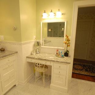 Ejemplo de cuarto de baño principal, clásico, de tamaño medio, con lavabo bajoencimera, armarios con paneles empotrados, puertas de armario blancas, encimera de cuarcita, baldosas y/o azulejos blancos, baldosas y/o azulejos de cemento, paredes verdes y suelo de mármol