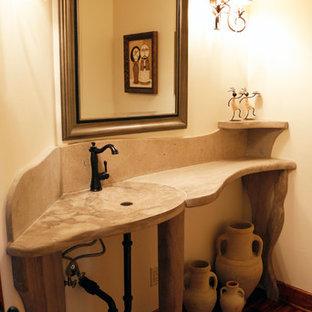 Idee per una stanza da bagno con doccia american style di medie dimensioni con WC a due pezzi, pareti beige, parquet scuro, lavabo integrato, top in cemento e pavimento marrone