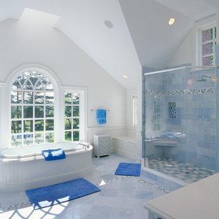 Imagen de cuarto de baño clásico con bañera encastrada, ducha esquinera y baldosas y/o azulejos azules