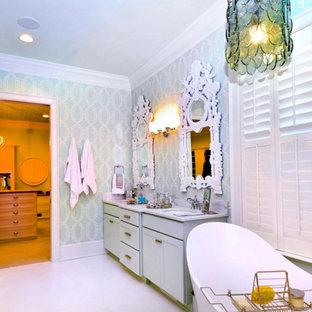 Foto di una stanza da bagno padronale stile shabby di medie dimensioni con ante in stile shaker, ante verdi, vasca freestanding, doccia alcova, piastrelle bianche, piastrelle diamantate, pareti verdi, pavimento con piastrelle in ceramica, lavabo sottopiano e top in marmo
