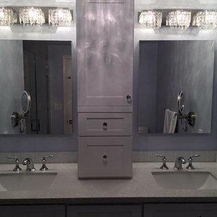 Imagen de cuarto de baño principal, tradicional renovado, de tamaño medio, con armarios con paneles empotrados, puertas de armario blancas, paredes azules, lavabo bajoencimera y encimera de vidrio reciclado