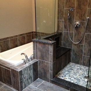 Mittelgroßes Klassisches Duschbad mit flächenbündigen Schrankfronten, schwarzen Schränken, Eckbadewanne, offener Dusche, Toilette mit Aufsatzspülkasten, schwarzen Fliesen, Keramikfliesen, beiger Wandfarbe, Keramikboden, Sockelwaschbecken, grauem Boden und offener Dusche in Chicago