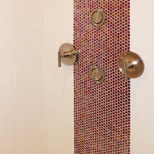 Foto di una stanza da bagno padronale minimal di medie dimensioni con doccia aperta, piastrelle rosse, piastrelle a mosaico, pareti beige, pavimento con piastrelle a mosaico, pavimento bianco e doccia aperta