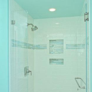 他の地域の小さいモダンスタイルのおしゃれなバスルーム (浴槽なし) (シェーカースタイル扉のキャビネット、コーナー設置型シャワー、一体型トイレ、磁器タイルの床、アンダーカウンター洗面器、白いキャビネット、白いタイル、サブウェイタイル、青い壁、ラミネートカウンター) の写真