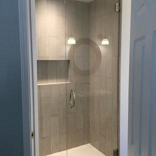 Inspiration för mellanstora klassiska badrum för barn, med ett nedsänkt handfat, möbel-liknande, skåp i slitet trä, träbänkskiva, en dusch i en alkov, en toalettstol med separat cisternkåpa, grå kakel, keramikplattor, grå väggar och klinkergolv i keramik