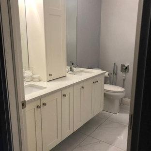 Idee per una stanza da bagno con doccia classica di medie dimensioni con WC a due pezzi, pareti grigie, lavabo sottopiano, pavimento bianco, vasca da incasso, doccia ad angolo, porta doccia a battente, ante in stile shaker, ante bianche, piastrelle bianche, piastrelle in ceramica e top turchese