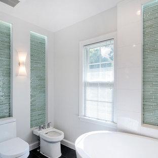 Foto di una grande stanza da bagno padronale design con vasca freestanding, piastrelle verdi, piastrelle di vetro, pareti bianche, pavimento in gres porcellanato e bidè
