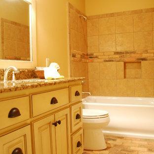 Foto di una stanza da bagno con doccia chic di medie dimensioni con ante con bugna sagomata, ante bianche, vasca ad alcova, vasca/doccia, WC a due pezzi, piastrelle beige, piastrelle in ceramica, pareti beige, pavimento in mattoni, top in granito, pavimento multicolore e doccia con tenda