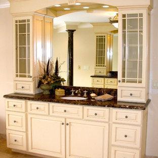 Esempio di una stanza da bagno con ante di vetro, ante bianche, top in granito, pareti bianche e pavimento in ardesia