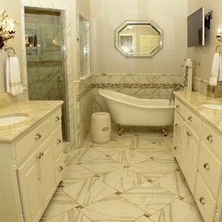 Foto di una stanza da bagno padronale tradizionale di medie dimensioni con lavabo sottopiano, ante bianche, top in quarzite, vasca freestanding, piastrelle bianche, piastrelle in gres porcellanato, pareti grigie e pavimento in gres porcellanato
