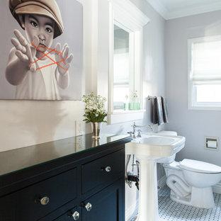 Idee per una stanza da bagno con doccia contemporanea di medie dimensioni con WC a due pezzi, pareti grigie, pavimento con piastrelle in ceramica, lavabo a colonna, ante con bugna sagomata, ante nere, vasca ad angolo, doccia aperta, piastrelle nere, piastrelle di vetro e top piastrellato