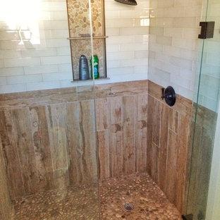 Immagine di una piccola stanza da bagno padronale country con piastrelle beige e piastrelle di vetro