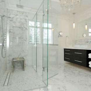 Exempel på ett stort klassiskt en-suite badrum, med svarta skåp, en dusch i en alkov, en bidé, vita väggar, marmorgolv, ett fristående handfat och marmorbänkskiva