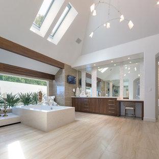 Immagine di una stanza da bagno minimal con ante lisce, ante in legno scuro, vasca idromassaggio, piastrelle marroni, pareti bianche, pavimento beige e piastrelle in travertino