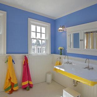 Foto de cuarto de baño infantil, clásico, con lavabo de seno grande y paredes azules