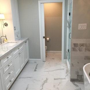 Immagine di una stanza da bagno padronale chic di medie dimensioni con ante con riquadro incassato, ante bianche, vasca freestanding, doccia alcova, WC a due pezzi, pareti grigie, lavabo sottopiano, top in quarzite, pavimento giallo e porta doccia a battente