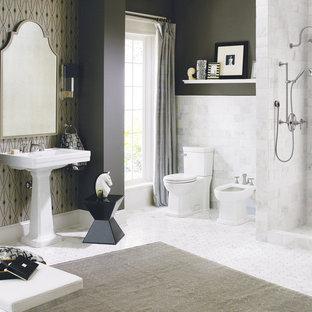 Foto di una stanza da bagno padronale minimal con doccia alcova, bidè, piastrelle grigie, piastrelle in pietra, pareti grigie, pavimento in marmo e lavabo a colonna